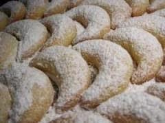 Cuernitos de nuez con azúcar glass